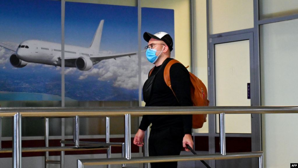 Чоловік у масці в аеропорту
