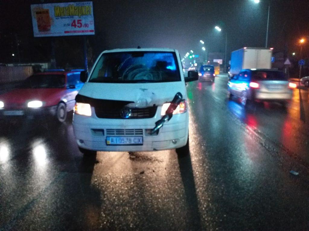 Мікроавтобус насмерть збив чоловіка на Київській